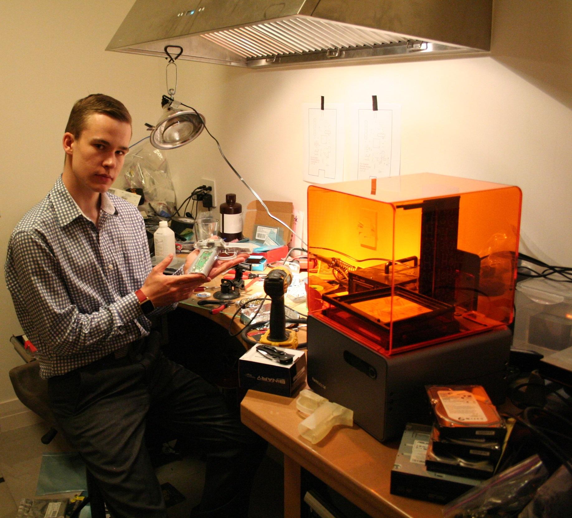 """Kai Kloepfer in zijn werkplaats in het huis van zijn ouders in Colorado. Foto Hans Klis"""" width=""""2496"""" height=""""1664"""" class=""""size-full wp-image-539"""" /></a> Kai Kloepfer in zijn werkplaats in het huis van zijn ouders in Colorado. Foto Hans Klis"""