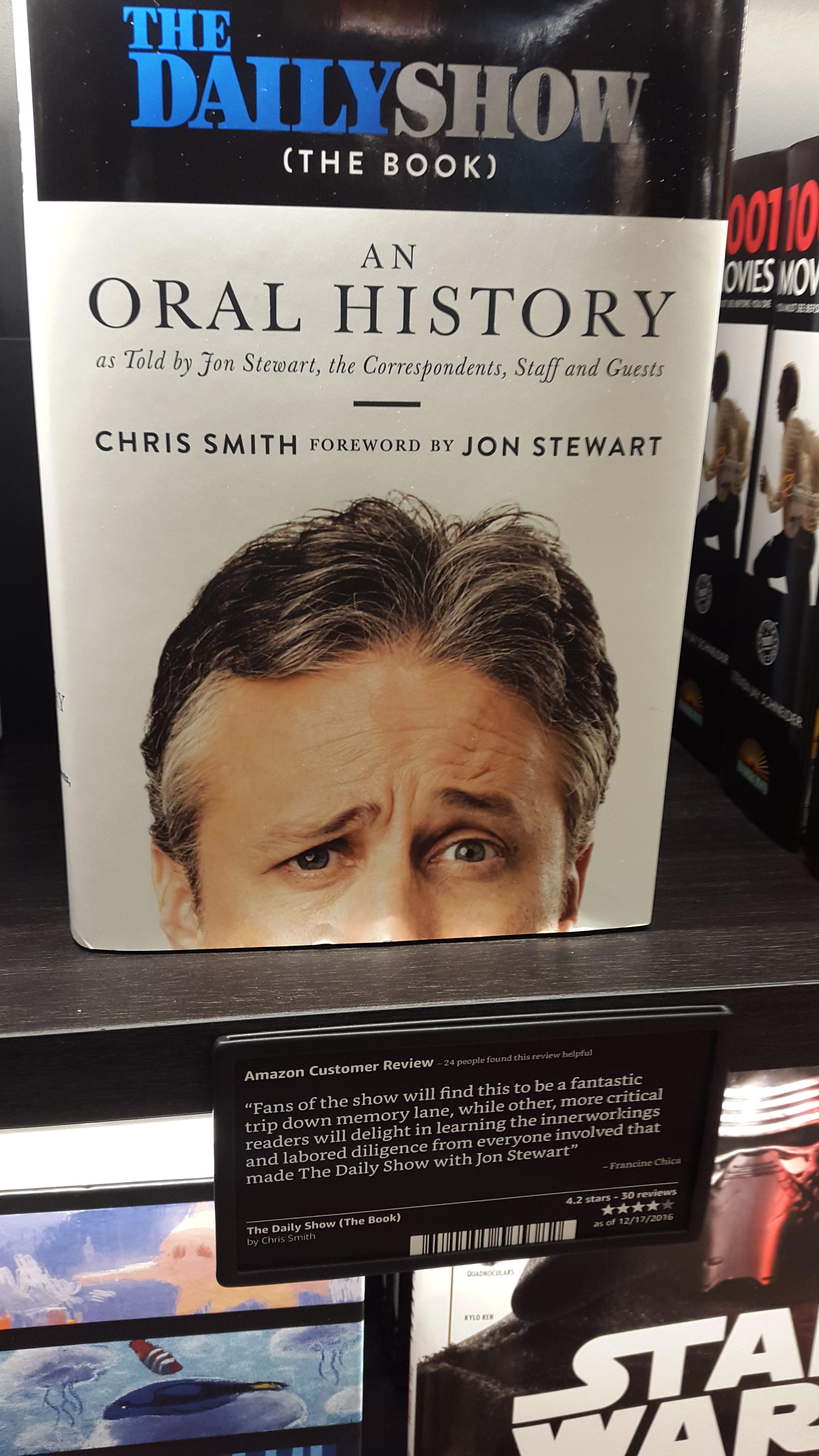 Het boek The Daily Show (The Book): An Oral History in de Amazon Book Store in New York. Met klantenrecensie in de schappen. Foto Hans Klis