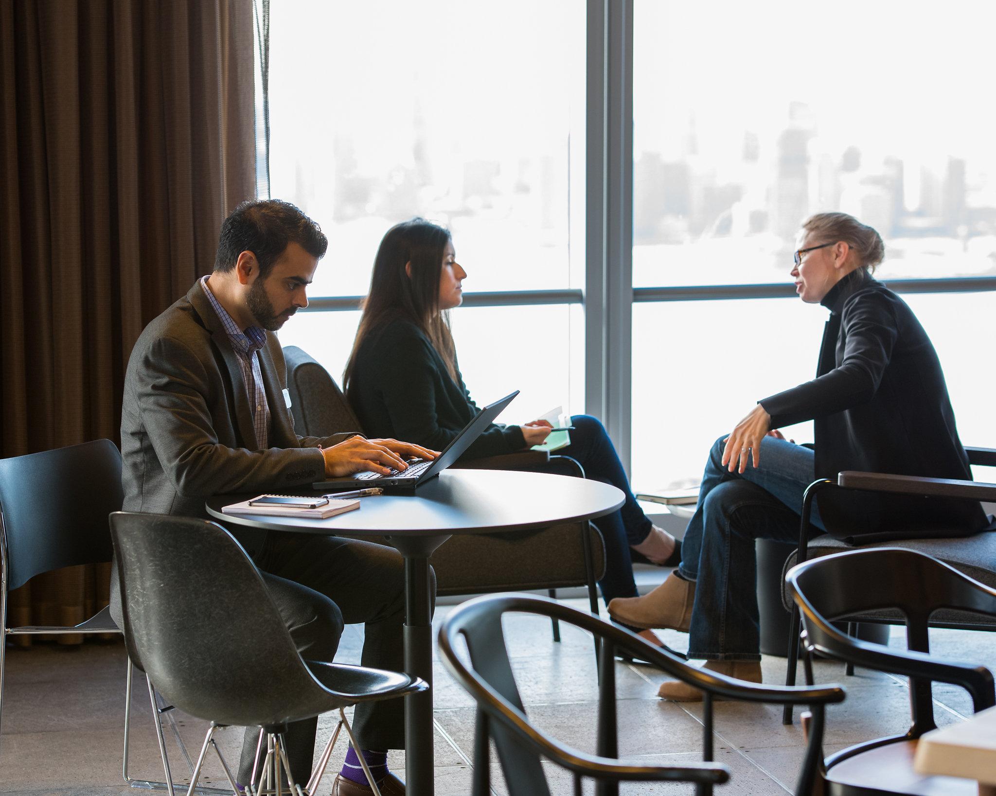 Werken in het open kantoor van Boston Consulting Group in Chelsea, New York. Foto BCG