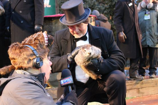 Weerman 'interviewt'  Punxsutawney Phil.